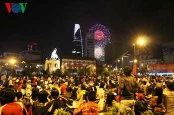 colorful-fireworks-in-ho-chi-minh-city-1415633-phhcm